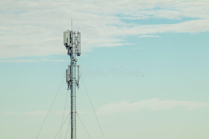 Telefon kom?rkowy anteny komunikacyjny wierza z niebieskim niebem chmurami i, telekomunikaci wierza obraz stock