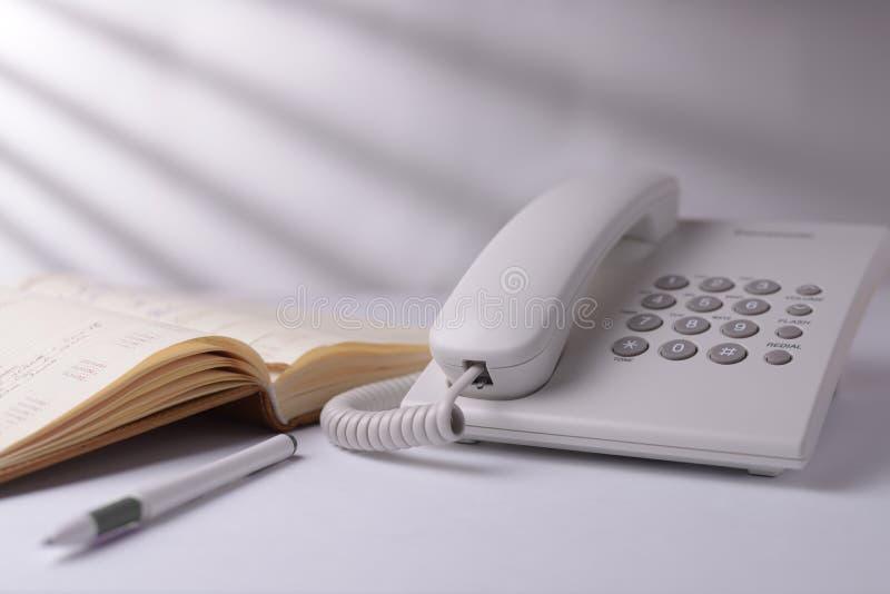 Telefon mit offenem Buch lizenzfreie stockfotografie