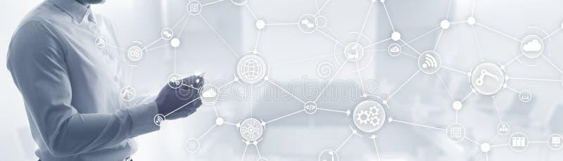 Telefon mit Planetenerde und bin?rem Code ArbeitsflussOrganisationsstruktur auf virtuellem Schirm stockfotografie