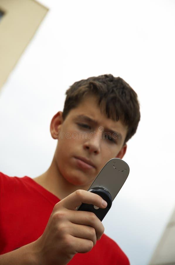 telefon na zewnątrz komórek nastolatków. zdjęcia stock