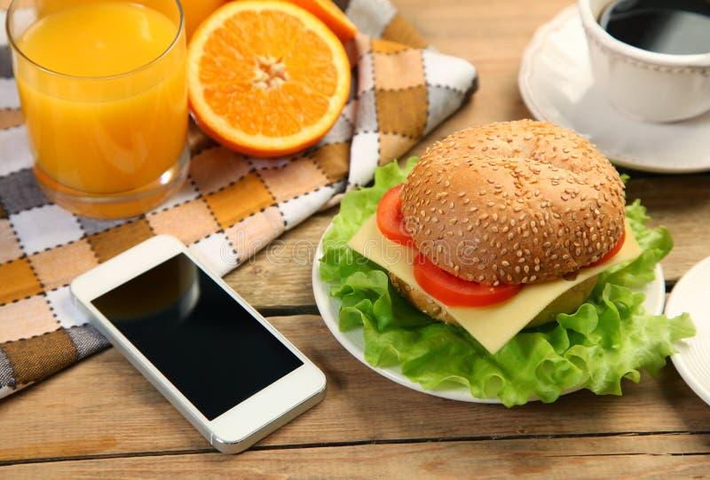 Telefon och hamburgare arkivbilder