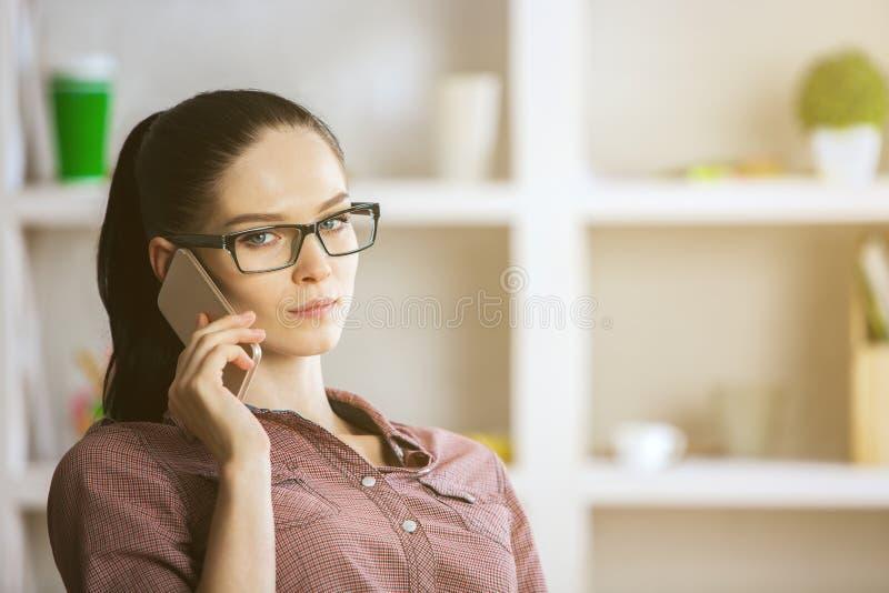 telefon pięknej kobiecie fotografia royalty free