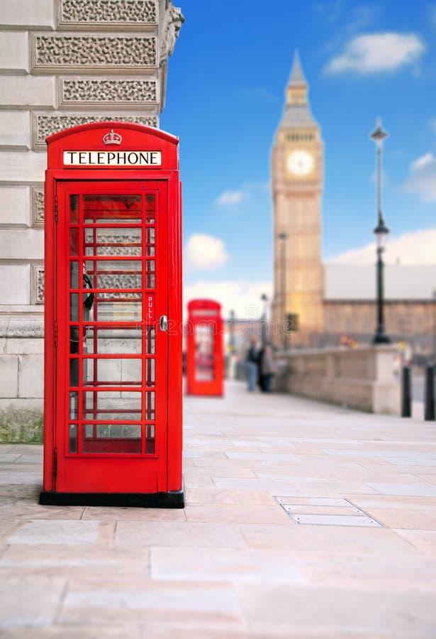 Download Telefon Pudełkowata Czerwień Obraz Stock - Obraz złożonej z city, budynek: 13332751
