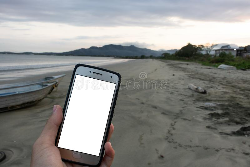 Telefon-Schirm-Anzeigen-Modell-Strand-Ansicht-Ozean-Sonnenuntergang Fidschi Pazifik lizenzfreie stockbilder