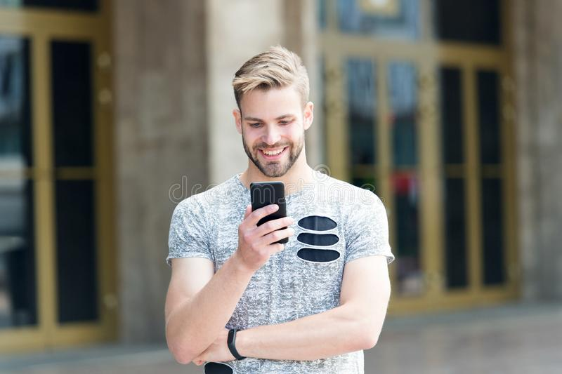Telefon schuf für die, die auf Rand leben Glücklicher Mann, der am Handy auf städtischem im Freien spricht Kaukasische Hippie-Anw stockfotos