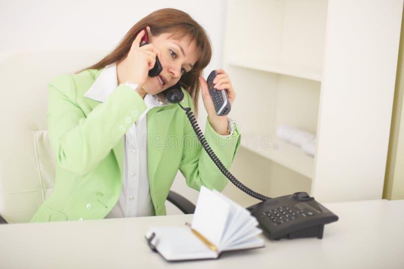 telefon sekretarka równocześnie mówi obrazy stock