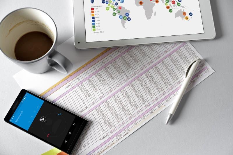 Telefon, Tablette und Kaffee auf einem Holztisch lizenzfreies stockfoto