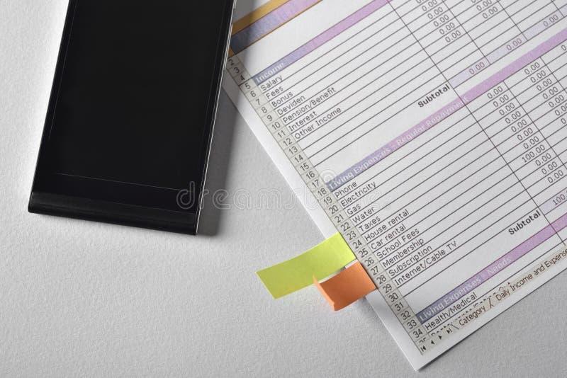 Telefon- und Arbeitspapierblätter lizenzfreie stockfotografie