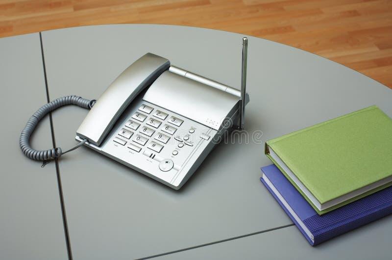 Telefon und zwei Bücher lizenzfreie stockbilder