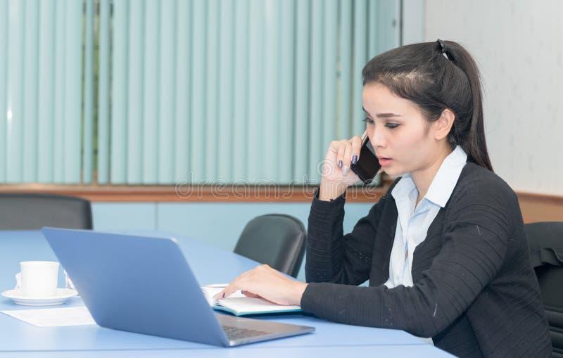 telefon z biznesu kobiety obraz stock