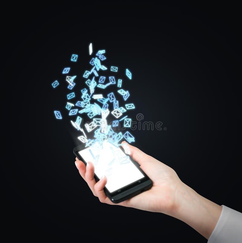 Telefon z latającym emaila symbolem zdjęcia stock