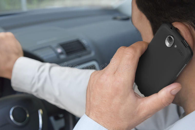 Telefonando ao excitador de carro imagens de stock