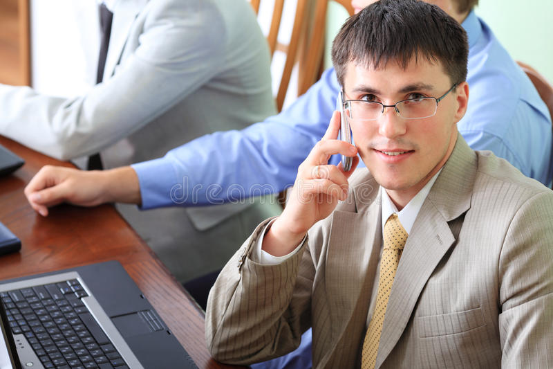 Telefonando ao homem imagens de stock
