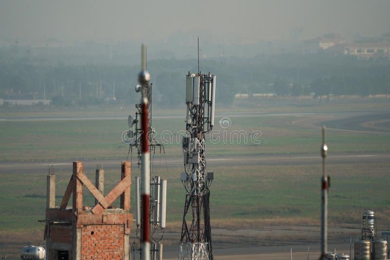 Telefonantenne auf die Dachoberseite des Gebäudes lizenzfreies stockbild