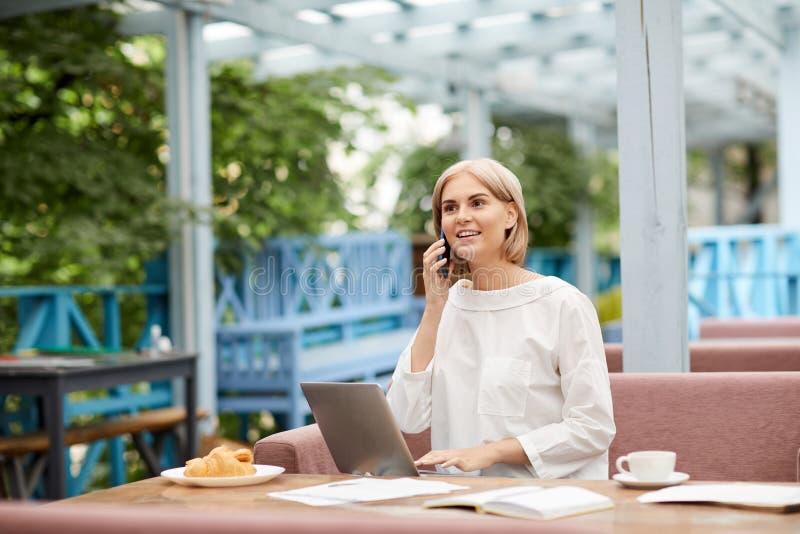Telefonar no café imagem de stock royalty free