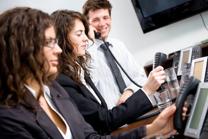 Telefonarbeitskräfte im Büro stockbilder