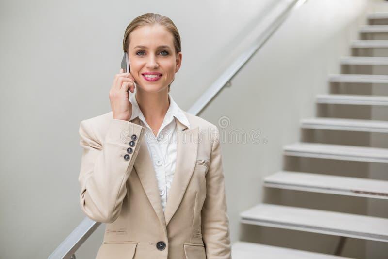 Telefonata alla moda allegra della donna di affari immagine stock