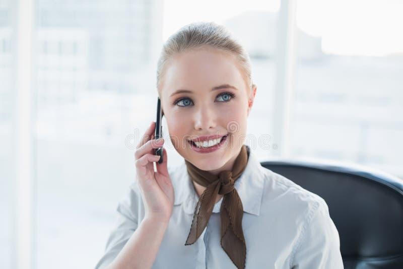 Telefonata contenta della donna di affari della bionda fotografia stock libera da diritti
