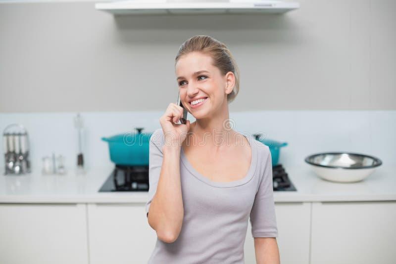 Telefonata di modello splendida felice fotografia stock libera da diritti