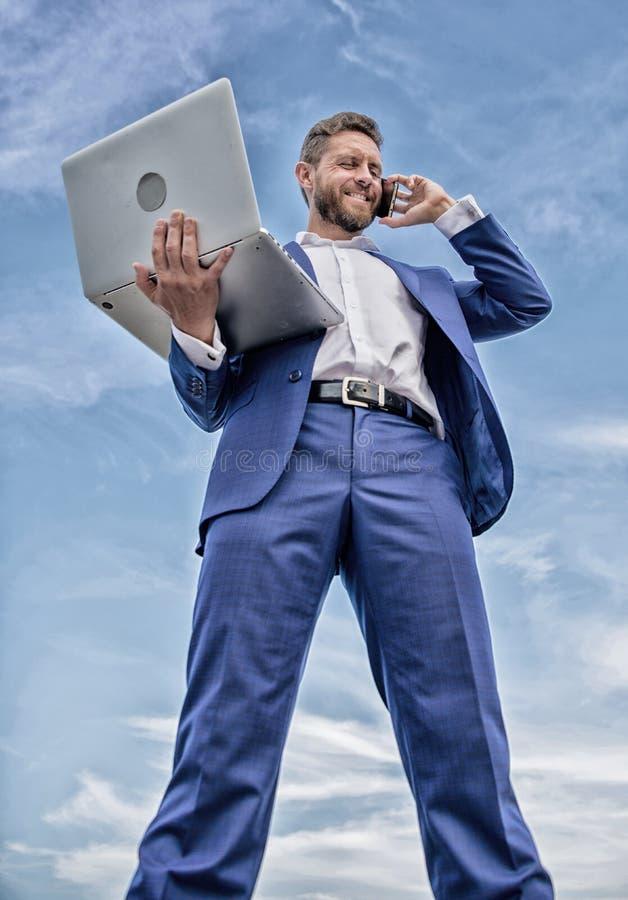 Telefonata moderna di risposta dell'imprenditore del responsabile di tecnologia del vestito convenzionale del tipo L'uomo d'affar fotografie stock
