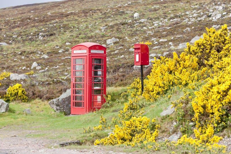 telefonbås och brevlåda nära lagt, Skottland royaltyfria bilder