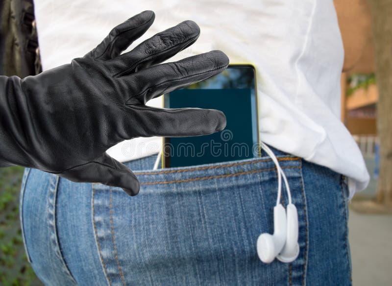 Telefondieb, der eine Frau stiehlt lizenzfreies stockbild