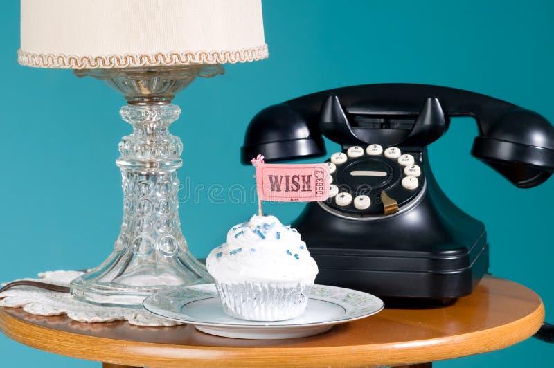 Telefone antigo na tabela fotos de stock