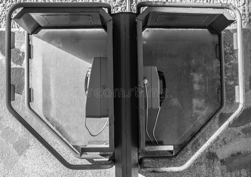 Telefone antiquado com moedas e cartões imagens de stock
