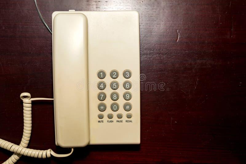 Download Telefone Branco Da Linha Terrestre Da Vista Superior Na Mesa Imagem de Stock - Imagem de fundo, cliente: 107528701