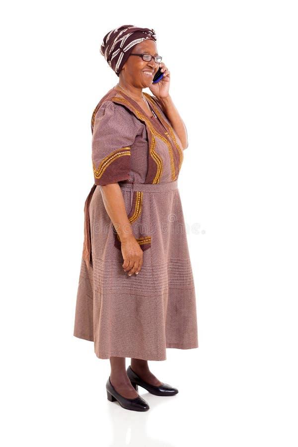 Telefone celular africano idoso da mulher imagem de stock royalty free