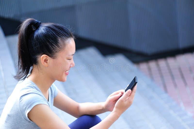 Telefone celular asiático do uso da mulher foto de stock royalty free