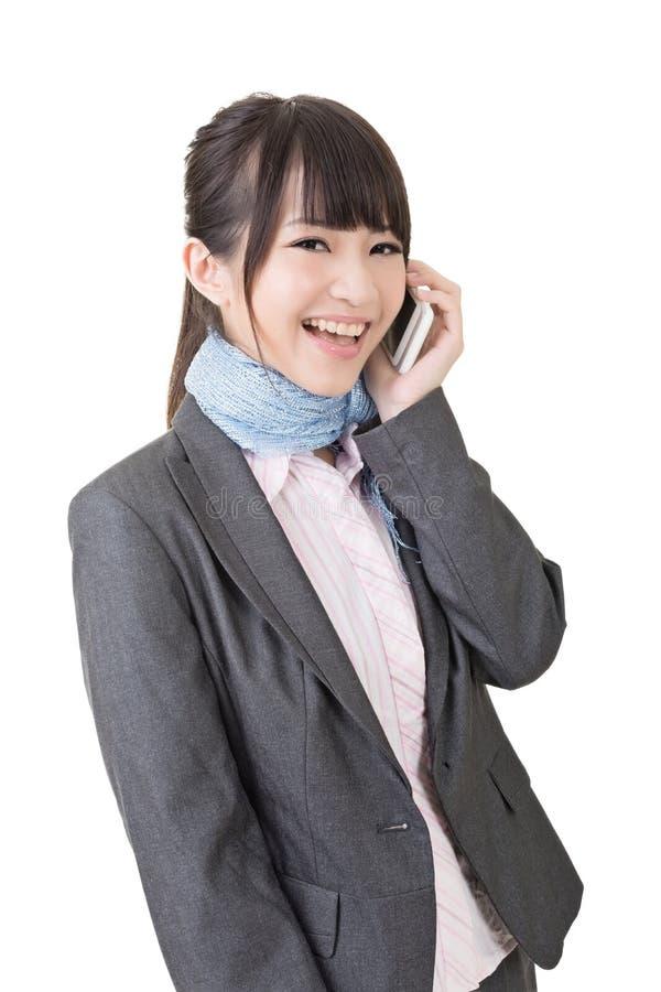 Telefone celular asiático do uso da mulher de negócio fotografia de stock