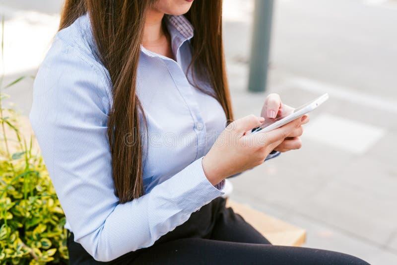 Telefone celular bonito novo do uso da mulher de negócio fotografia de stock royalty free
