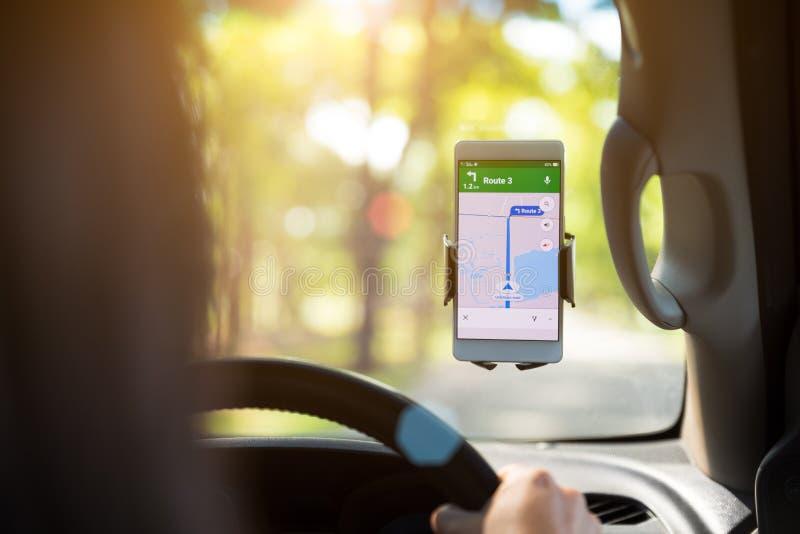 Telefone celular com navegação dos gps do mapa no carro fotografia de stock