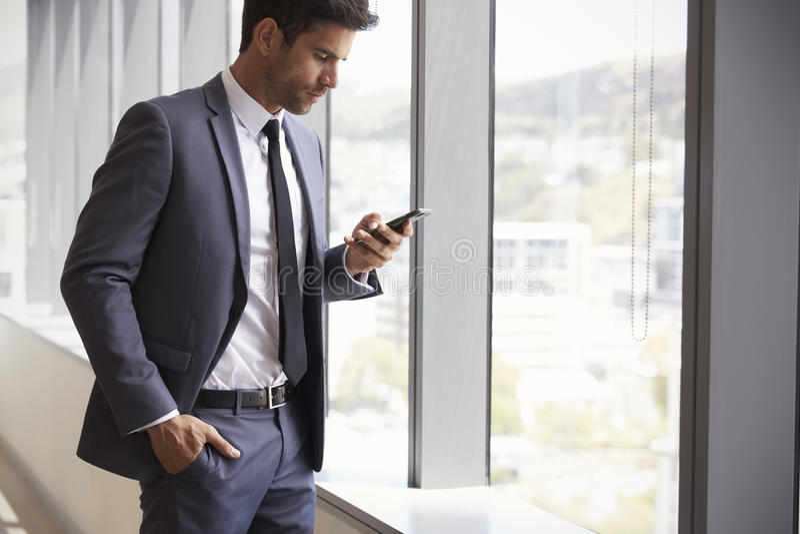 Telefone celular de Checking Messages On do homem de negócios fotos de stock
