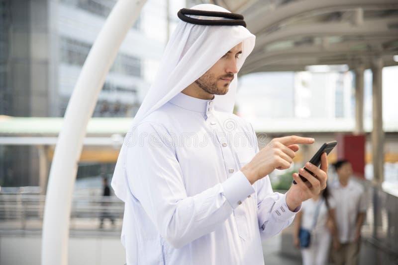 Telefone celular de utilização árabe do homem de negócios considerável imagens de stock royalty free