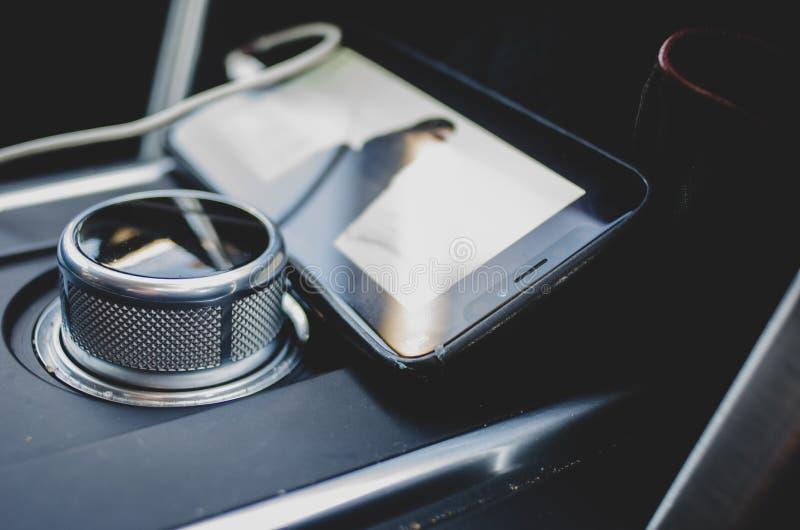Telefone celular dentro de um carro fotografia de stock