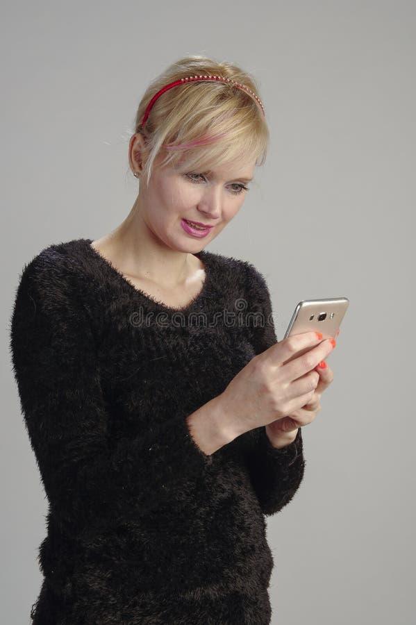 Telefone celular do usin da mulher imagem de stock royalty free