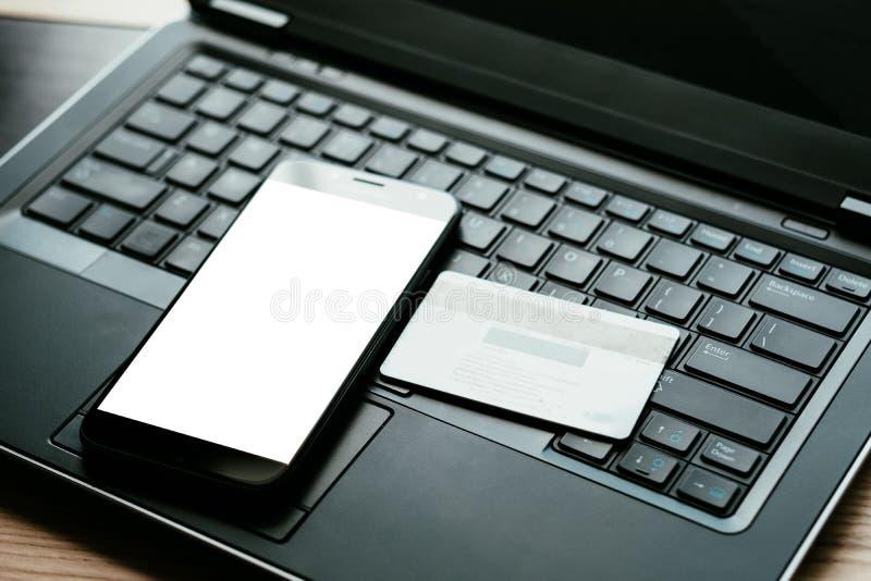 Telefone celular em linha do cartão da autenticação de dois fatoras imagem de stock royalty free