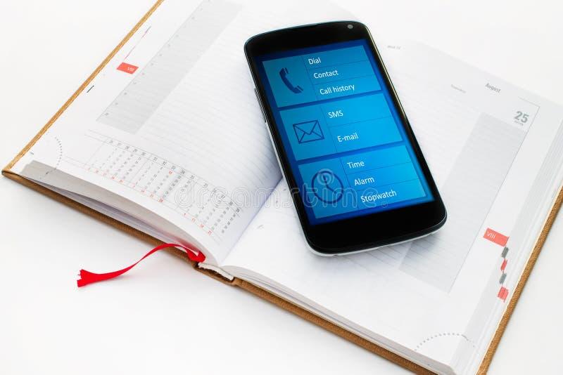 Telefone celular moderno com organizador app dos multimédios. imagens de stock