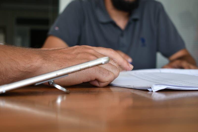 Telefone celular na tabela de reunião imagens de stock royalty free