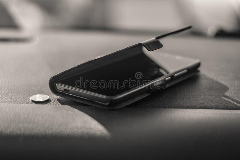 Telefone celular no carro e no dinheiro fotos de stock