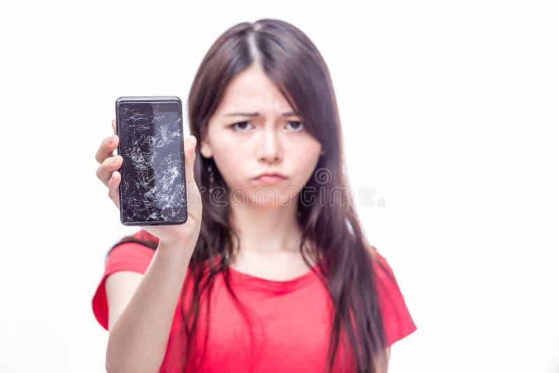 Telefone celular rachado do woth chinês da mulher fotografia de stock royalty free