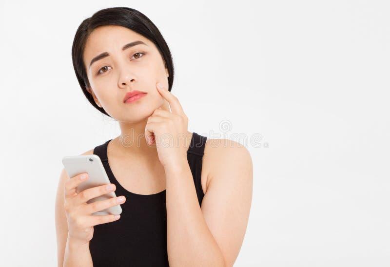 Telefone coreano triste da posse da menina isolado sobre o branco imagens de stock royalty free