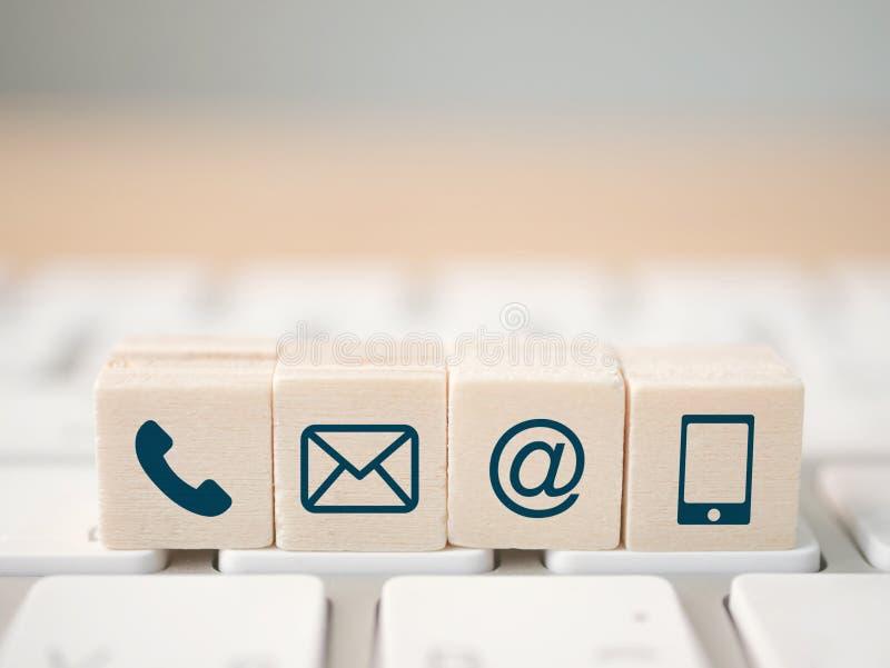 Telefone, correio, endereço e telefone celular do símbolo do bloco de madeira Contato da página do Web site nós imagem de stock
