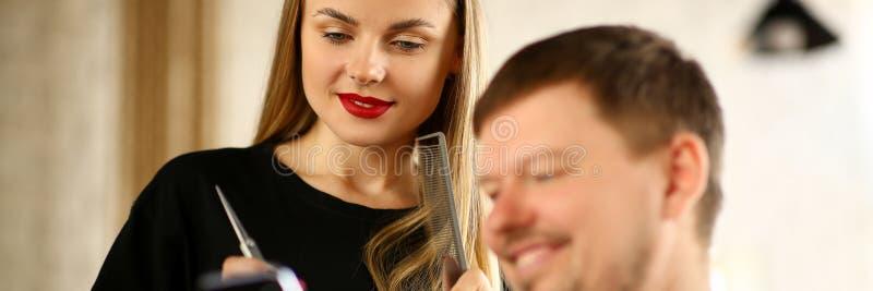 Telefone da exibi??o do cliente do homem ao cabeleireiro da mulher imagem de stock