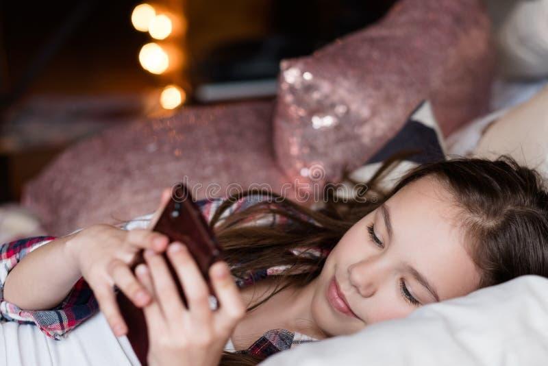 Telefone da tecnologia de comunicação dos problemas da criança imagem de stock