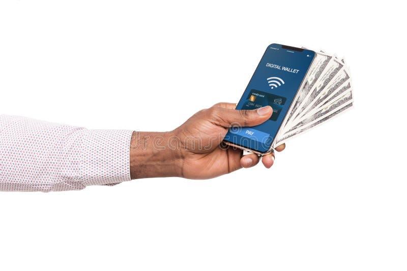 Telefone da terra arrendada do homem com o app da carteira e dinheiro digitais do dólar imagem de stock