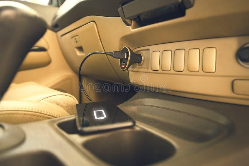Telefone da tomada do carregador no carro imagem de stock royalty free