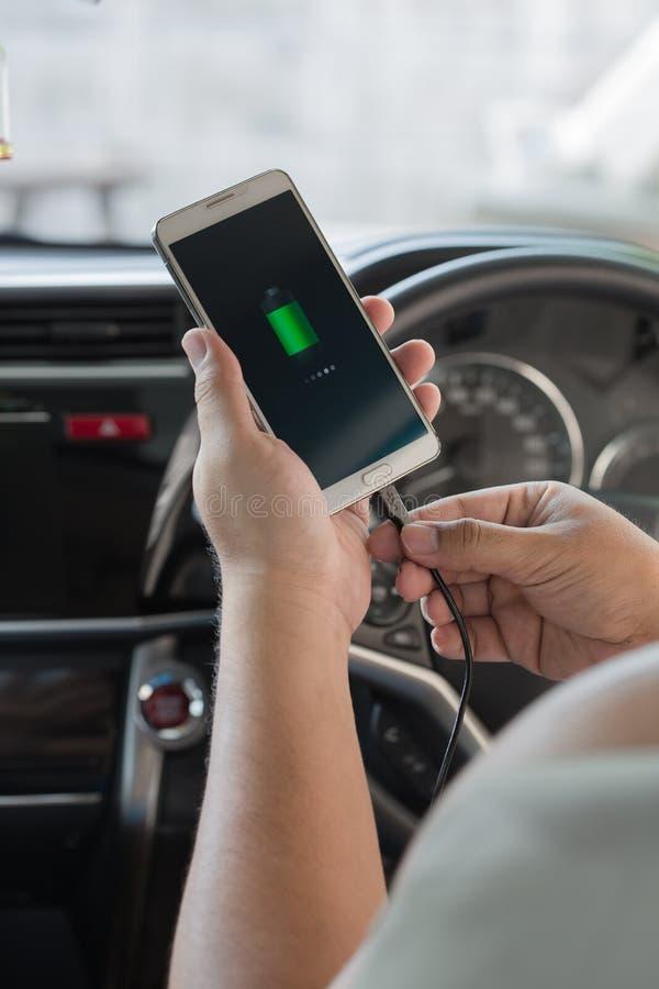 Telefone da tomada do carregador no carro fotos de stock royalty free